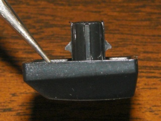 Keycap retaining latches