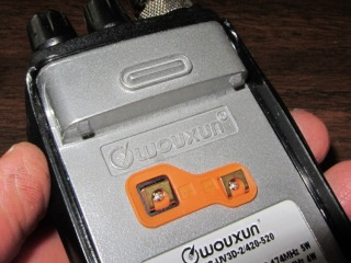 Wouxun KG-UV3D - battery lugs