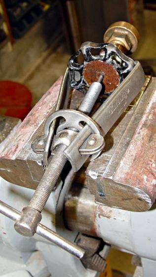 Shutoff valve - handle puller