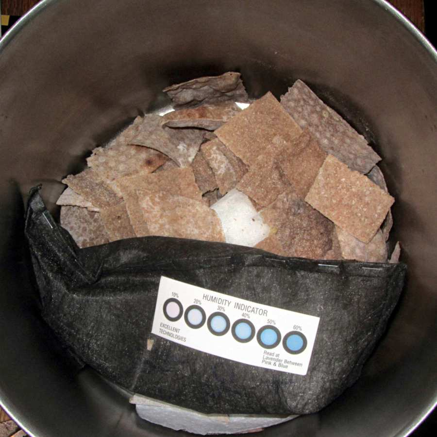 Whole wheat crackers with desiccant