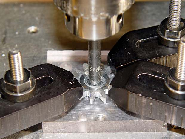 Can opener gear - re-centering