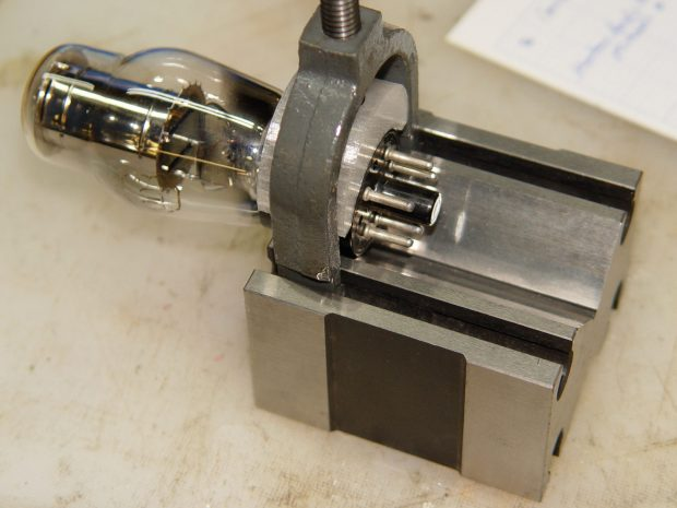 0D3 Octal tube - V-block clamp