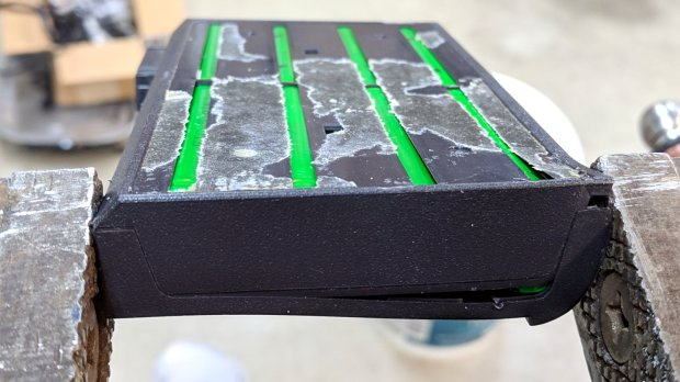 Dell laptop battery - case cracking