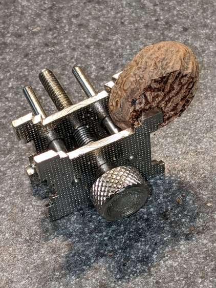 Nutmeg grating - flat clamping